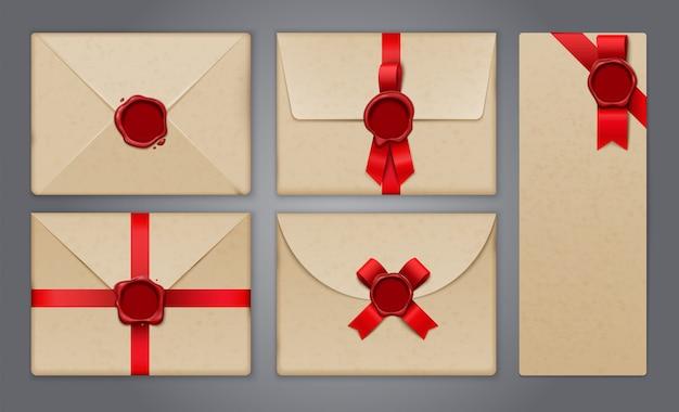 Enveloppes Et Cartes Postales Scellées Avec Des Images Isolées Réalistes De Cartes De Voeux Et D'invitations Papier Vecteur gratuit