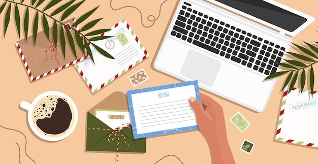 Enveloppes, Lettres, Cartes Postales Et Un Ordinateur Portable Sur La Table. Enveloppe à La Main. Vecteur Premium