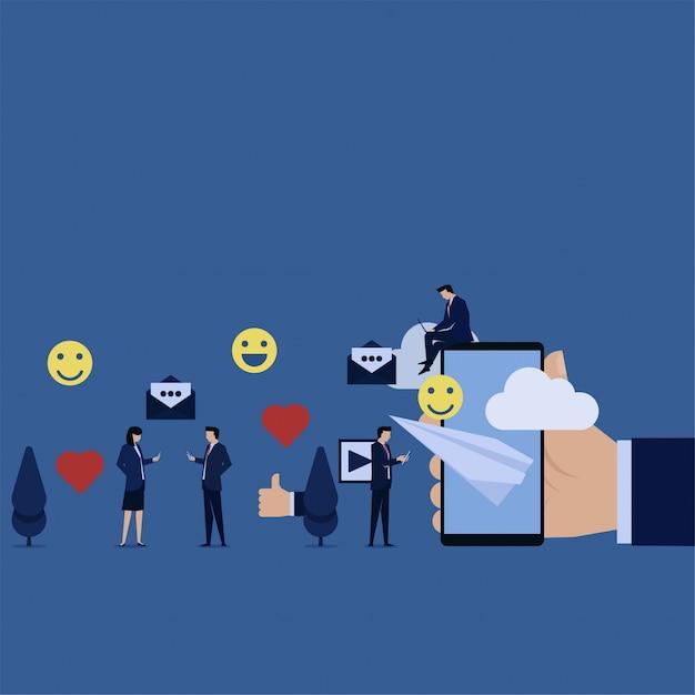 Équipe des activités, ordinateur portable, tablette, voir le sujet tendance sur les médias sociaux Vecteur Premium