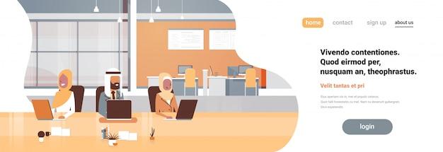 Équipe Arabe De Bureau Au Travail Utilisant Une Bannière De Processus De Travail Pour Ordinateur Portable Vecteur Premium