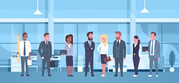 Équipe de course de mélange de gens d'affaires dans le bureau moderne concept groupe d'hommes d'affaires et busine Vecteur Premium