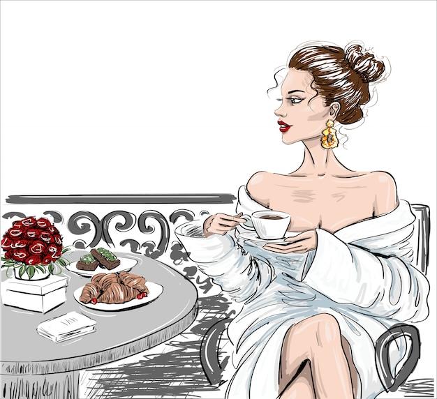 Esquisse d'une femme en bathobe sur un balcon Vecteur Premium