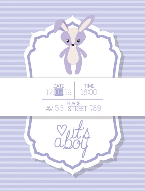 C'est une carte de naissance pour garçon avec un lapin en peluche Vecteur gratuit