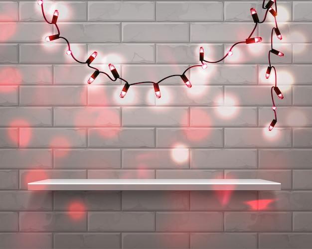 Étagère Blanche Réaliste Devant Avec Des Lumières De Guirlande Rouge De Noël Sur Fond De Mur De Brique Avec Superposition De Paillettes Vecteur Premium