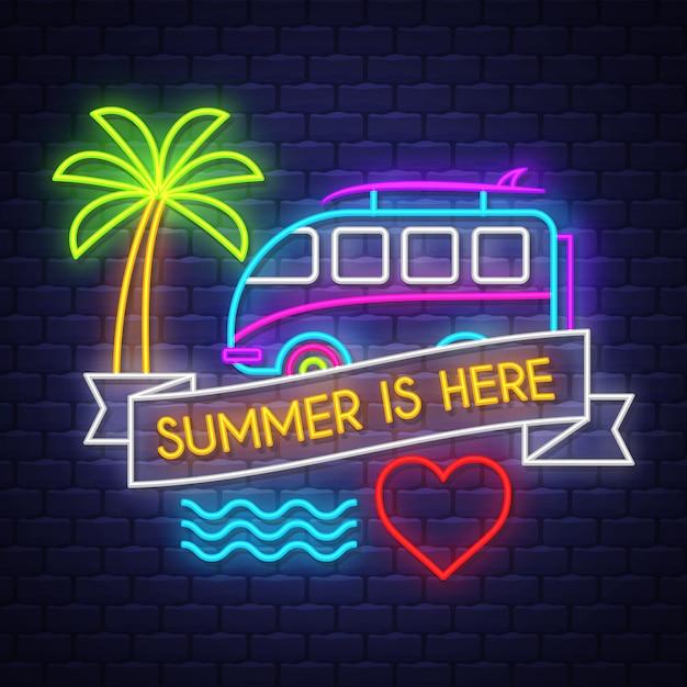 L'été est là lettrage au néon Vecteur Premium