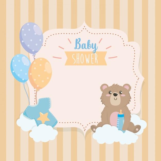 Étiquette d'ours en peluche avec biberon et nuages Vecteur gratuit