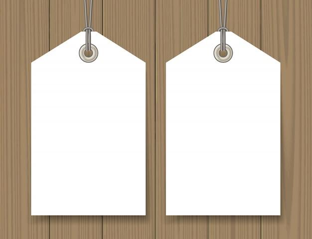 Étiquettes de vente vierges simulées sur fond en bois Vecteur Premium
