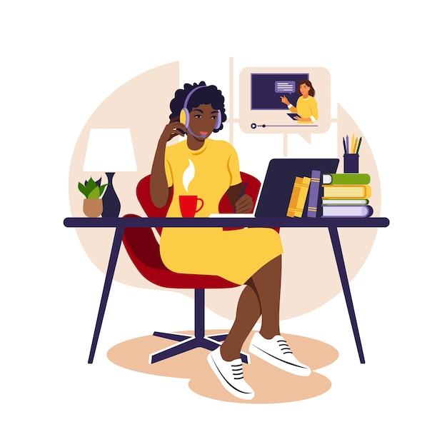 Étude De Fille Africaine à L'ordinateur. Concept D'apprentissage En Ligne. Leçon Vidéo. étude à Distance. Vecteur Premium