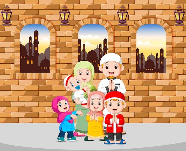 La famille accueille ied mubarak dans sa maison Vecteur Premium