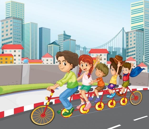 Une famille à bicyclette en ville Vecteur gratuit