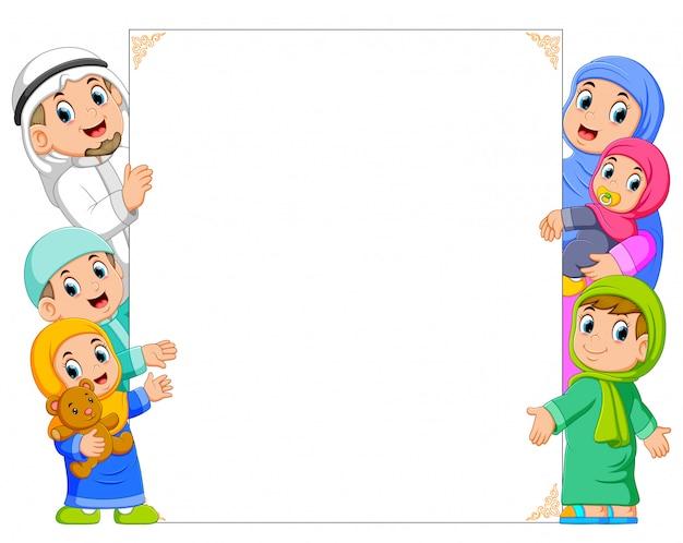 Une famille heureuse et un bébé tient le cadre blanc Vecteur Premium