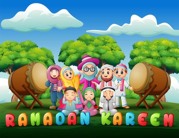 Famille heureuse fête pour l'aïd moubarak dans le parc Vecteur Premium