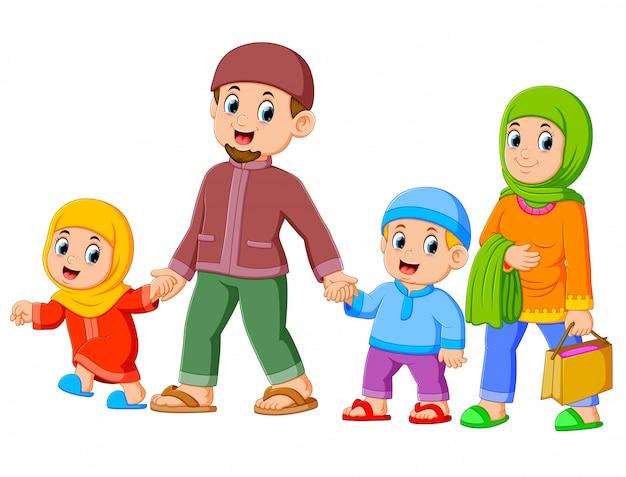 Une famille heureuse se promène avec ses nouveaux vêtements pour célébrer l'ied mubarak Vecteur Premium