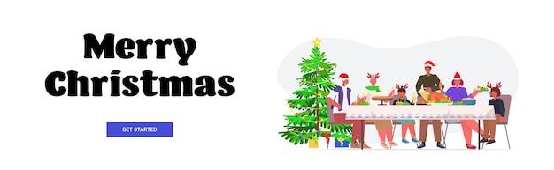 Famille De Plusieurs Générations En Chapeaux De Père Noël Ayant Dîner De Noël Nouvel An Vacances D'hiver Célébration Concept Bannière Lettrage Pleine Longueur Vecteur Premium