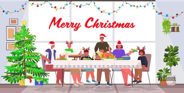 Famille De Plusieurs Générations En Chapeaux De Père Noël Ayant Dîner De Noël Nouvel An Vacances D'hiver Célébration Concept Salon Intérieur Pleine Longueur Lettrage Illustration De Salutation Vecteur Premium