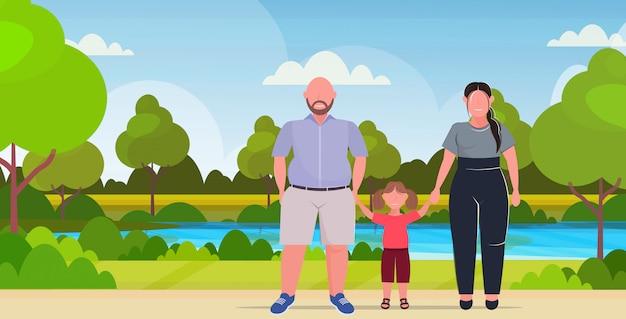 Famille En Surpoids Tenant Par La Main Mère Père Et Fille Debout Ensemble Sur La Taille Des Parents Avec Enfant S'amusant Parc D'été Paysage Fond Pleine Longueur Horizontale Plate Vecteur Premium