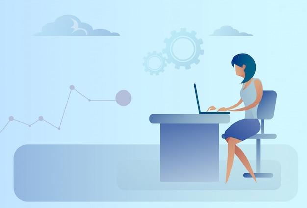 Femme d'affaires abstraite, assis au bureau, ordinateur portable de travail Vecteur Premium