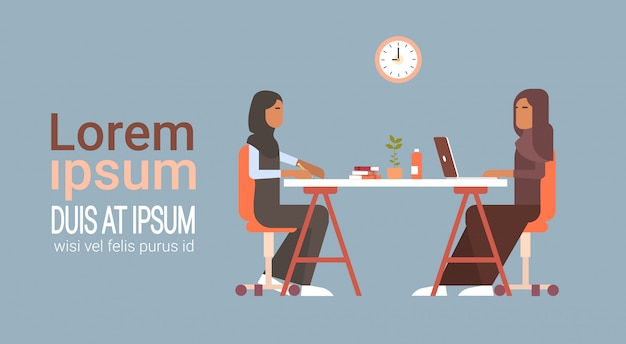 Femme d'affaires arabe discutant discussion chat communication assis au bureau Vecteur Premium