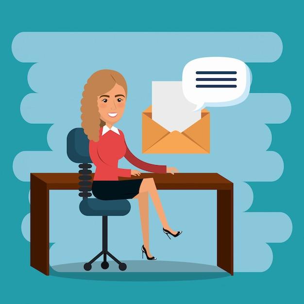 Femme d'affaires au bureau avec des icônes de marketing par courriel Vecteur gratuit