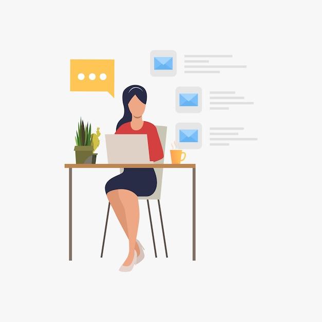 Femme d'affaires répondant à un courrier électronique au bureau Vecteur gratuit