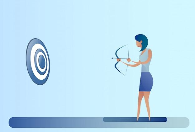 Femme d'affaires tenant l'archer de but d'arc obtenir obtenir le concept d'objectif Vecteur Premium