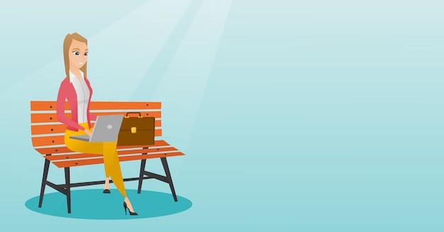 Femme d'affaires travaillant sur un ordinateur portable en plein air. Vecteur Premium