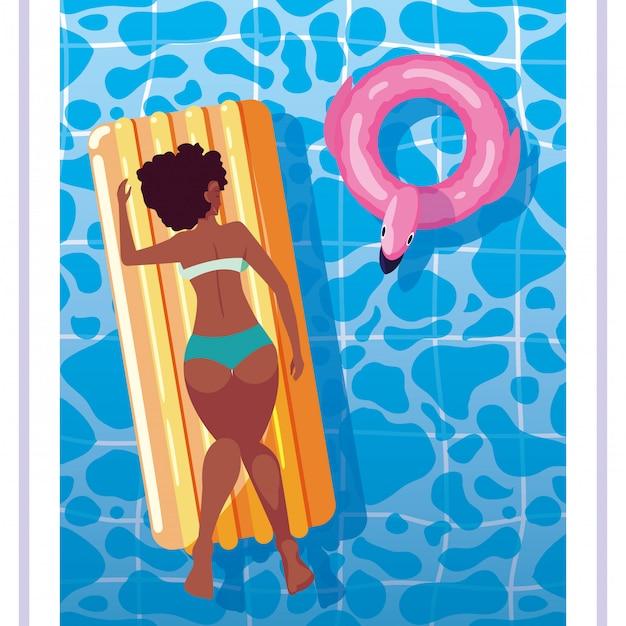 Femme afro bronzant en flotteur sur la piscine Vecteur Premium