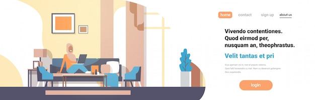 Femme arabe, utilisation, ordinateur portable, salon, intérieur, maison, moderne, appartement Vecteur Premium