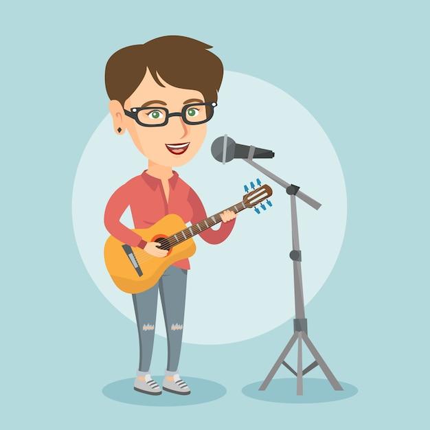 Femme Chantant Dans Un Micro Et Jouant De La Guitare. Vecteur Premium