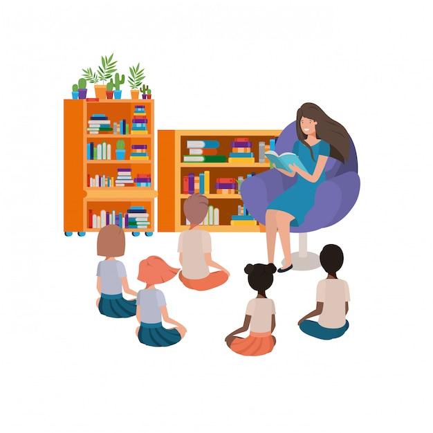 Femme avec livre de lecture dans le canapé et les enfants Vecteur gratuit