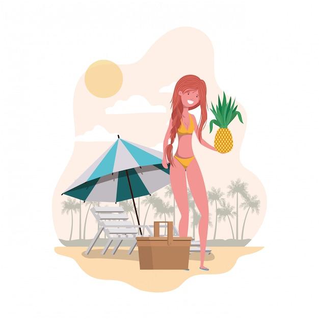 Femme avec maillot de bain et ananas à la main Vecteur gratuit