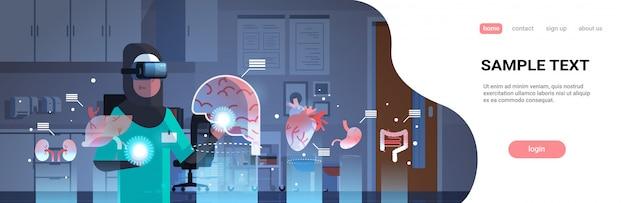 Femme Médecin Arabe Portant Des Lunettes Numériques En Regardant Les Organes De Réalité Virtuelle Modèle De Page De Destination Vecteur Premium
