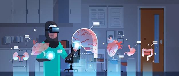 Femme Médecin Arabe Portant Des Lunettes Numériques En Regardant Les Organes De Réalité Virtuelle Vecteur Premium
