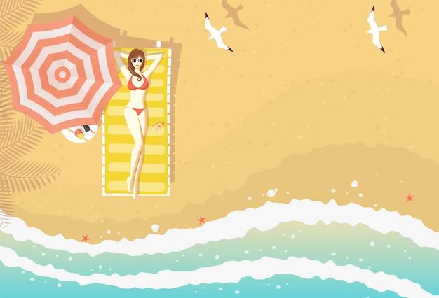 Femme sexy en bikini allongé sur une chaise longue sur la plage de sable texturé, courbes de la mer, étoiles de mer, coquillages et mouettes volantes, vue de dessus. fond Vecteur Premium