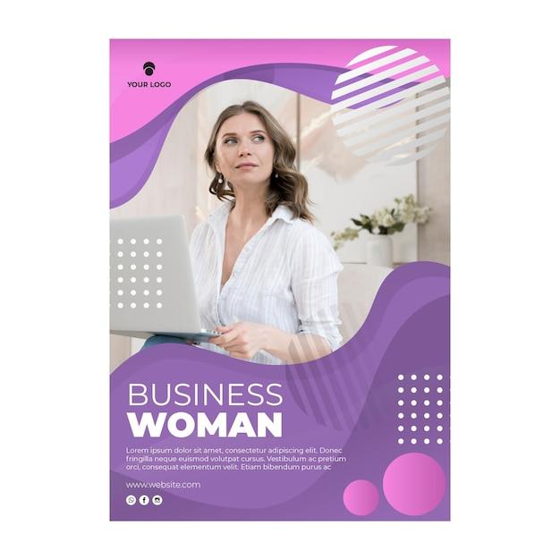 Femme Tenant Un Modèle D'affiche Pour Ordinateur Portable Vecteur Premium