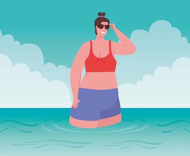 Femmes Dodues Mignonnes Avec Maillot De Bain Sur La Plage, Femme Sur La Plage, Saison Des Vacances D'été Vecteur Premium