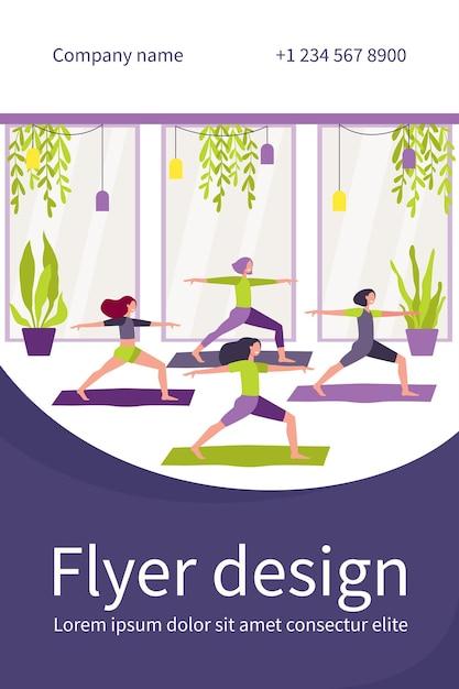 Femmes Exerçant Dans Un Club De Remise En Forme, Assistant à Des Cours De Yoga, Debout Dans Une Posture De Guerrier Sur Un Tapis Vecteur gratuit