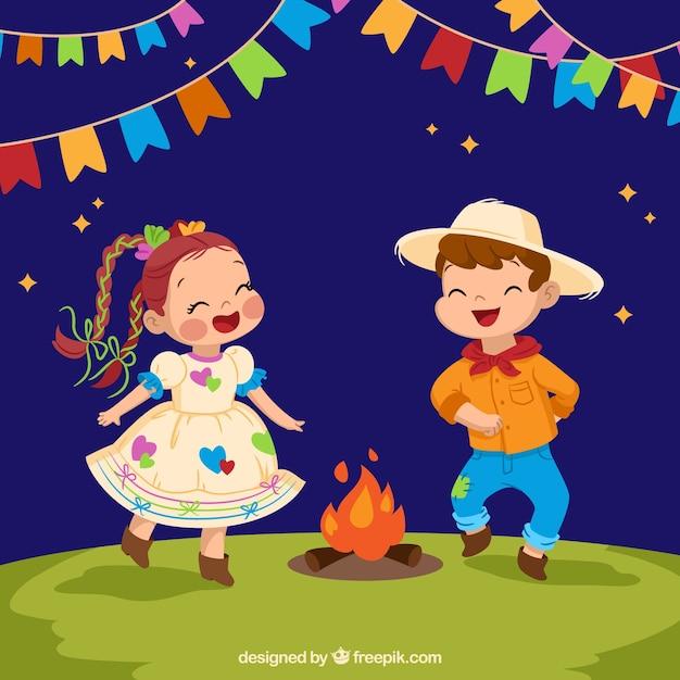 Festa junina background avec des enfants dansant autour du feu de joie Vecteur gratuit