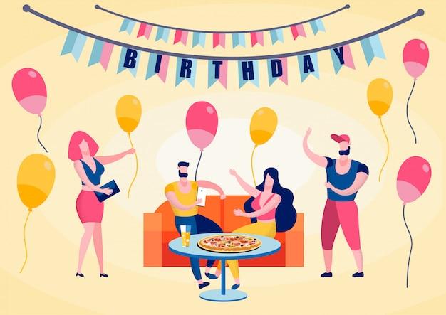 Fête d'anniversaire, amis heureux manger une pizza Vecteur Premium