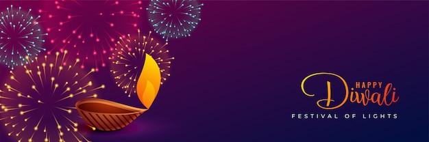 Feux d'artifice et diya traditionnels de diwali Vecteur gratuit