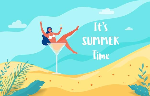 Fille chaude dans un verre à cocktail, partons en vacances d'été. Vecteur Premium