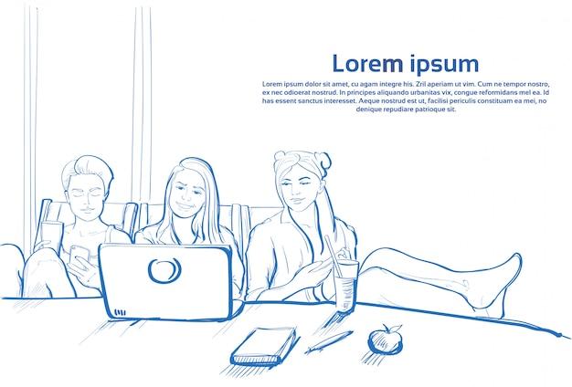 Fille de trois croquis assis ensemble à l'aide d'un ordinateur portable discutant sur les téléphones intelligents cellulaires Vecteur Premium