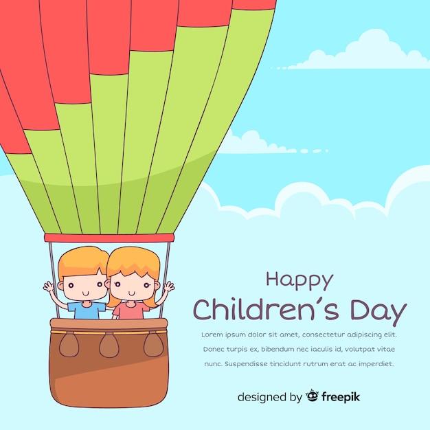 Fond de jour des enfants heureux dans le style dessiné à la main Vecteur gratuit