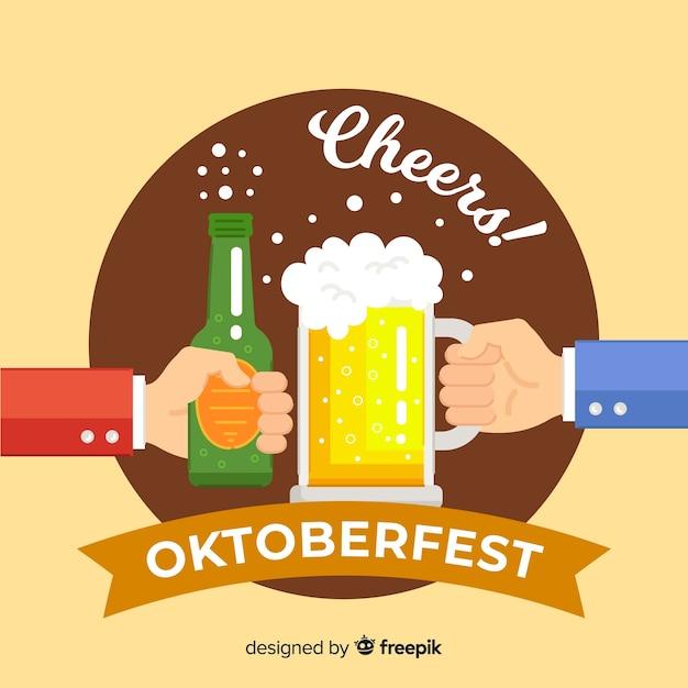 Fond oktoberfest avec des mains tenant de la bière Vecteur gratuit