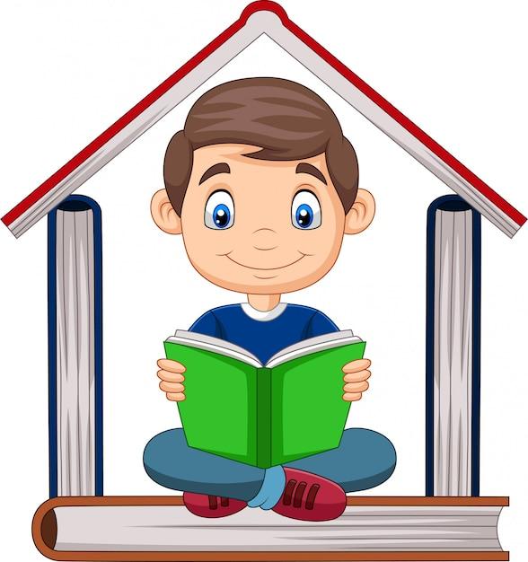 Garçon de bande dessinée lisant un livre avec une pile de livres formant une maison Vecteur Premium