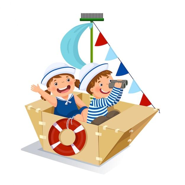Garçon Et Fille Créatifs Jouant Au Marin Avec Un Bateau En Carton Vecteur Premium