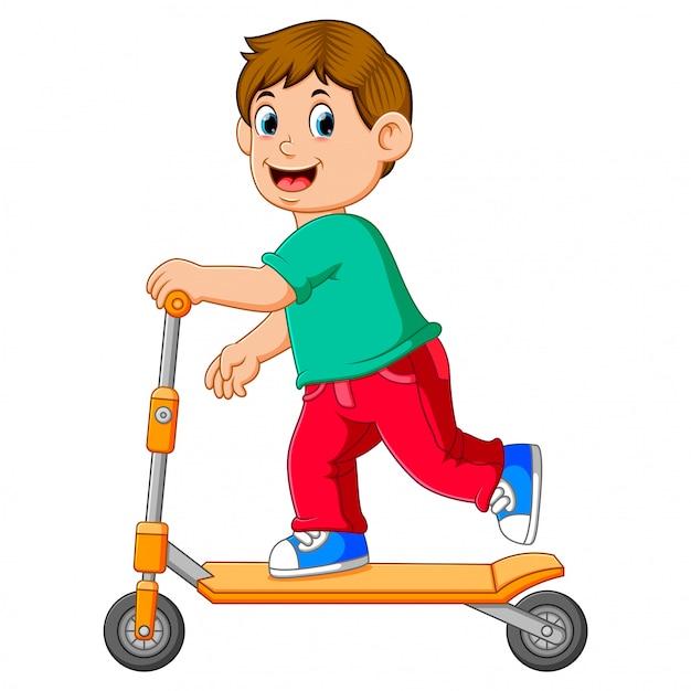 Le garçon joue sur le scooter orange Vecteur Premium