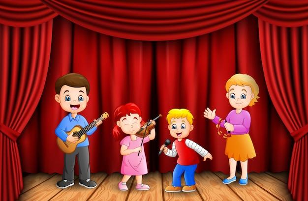 Garçons et fille heureux de jouer ensemble en classe de musique Vecteur Premium
