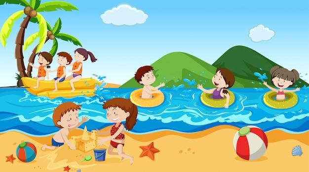 Garçons et filles actifs pratiquant des activités sportives et amusantes à l'extérieur Vecteur gratuit