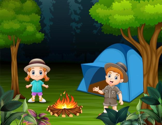 Garçons et filles debout autour d'un camping Vecteur Premium